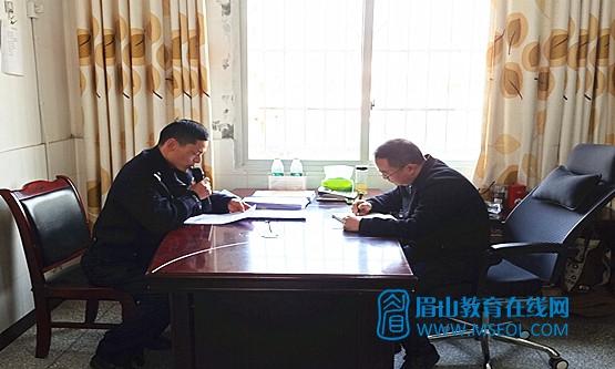 1交警邓志利对师生进行交通安全知识培训.jpg