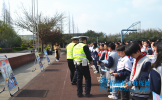 交警走进松江初中开展交通安全进校园活动